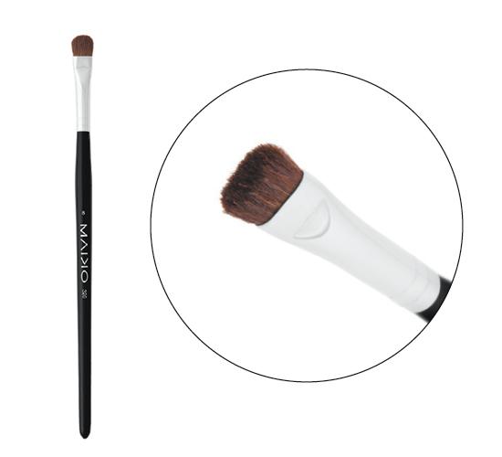 Brocha fabricada a mano diseñada para aplicar colorete o polvos. Fabricada con pelo suave y flexible de cabra y ardilla.